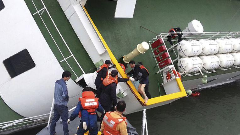 Kapitein Lee Joon-seok wordt op 18 april door reddingswerkers van het schip gehaald. Beeld ap