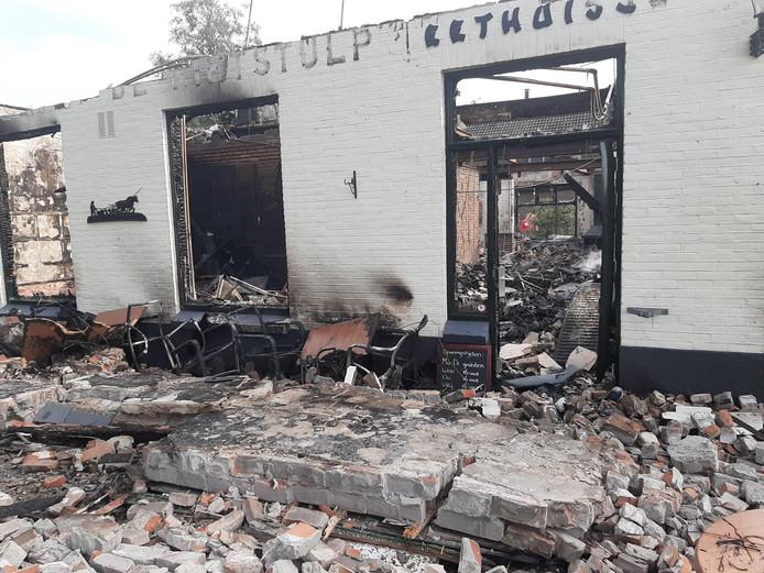 Resten van restaurant De Rietstulp in Oene, die in de nacht van zaterdag op zondag werd verwoest.