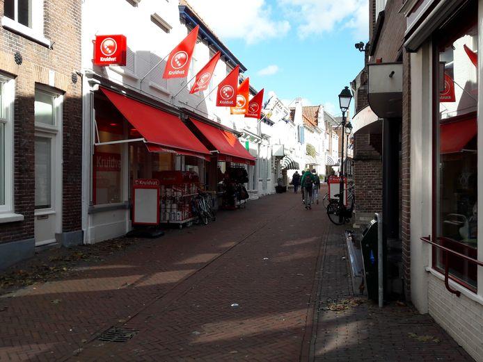 De kerkstraat in Tholen, waar onder meer Kruidvat zit.