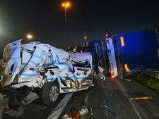 Ravage op A58: vrachtwagen met motorblokken kantelt, weg uren dicht