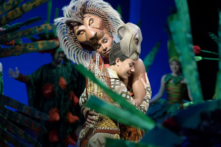 Naidjim Severina als Simba en Gaia Aikman als Nala. The Lion King trok in 2016 ruim 600 duizend bezoekers. Beeld Patrick Van Den Hanenberg