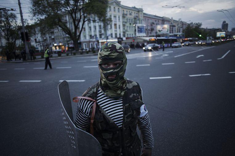 Een pro-Russische activist met een schild. Beeld null