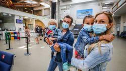 """Er vertrekken opnieuw toeristen vanop luchthaven van Oostende: """"Nerveus? Neen, maar spannend is het wél"""""""