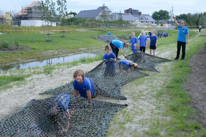 De Oosterhoutse Stichting Kinderopvang houdt in de zomer tal van activiteiten voor kinderen.  Vorig jaar konden de kinderen onder meer ravotten in het water en de modder.