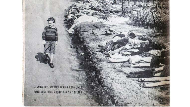 De foto van Sieg Maandag zoals die op 7 mei 1945 in Life stond. De gezichten en lichamen van de vrouwen rechts voor zijn weggesneden en deels afgedekt. Beeld Lin Woldendorp