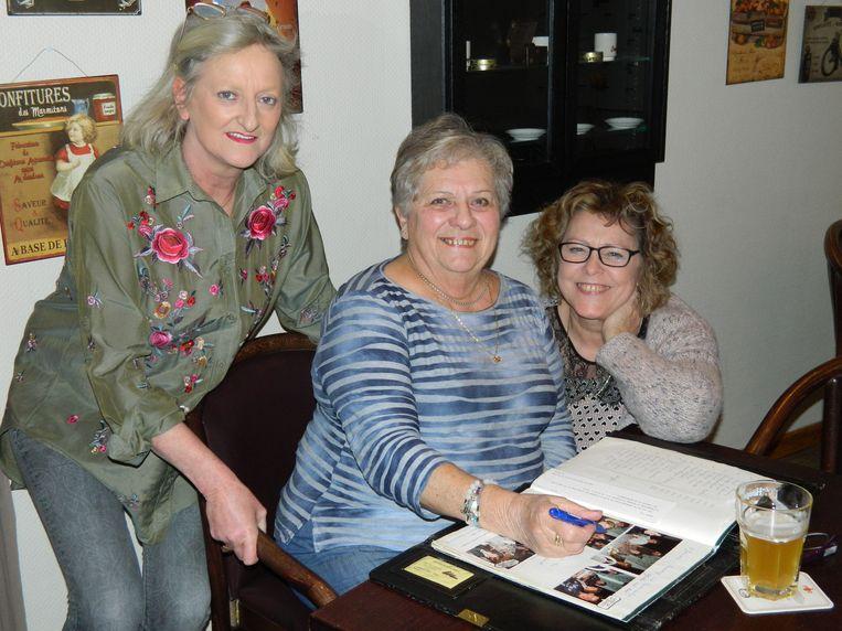 Drie van de dames van kaartclub Domino.
