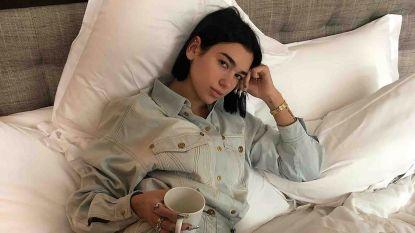 Na J. Lo wil nu ook Dua Lipa van jeanslaarzen een trend maken