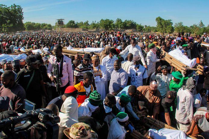 Een begrafenis voor de slachtoffers die zijn vermoord door verdachte Boko Haram-militanten in Zaabarmar, Nigeria.
