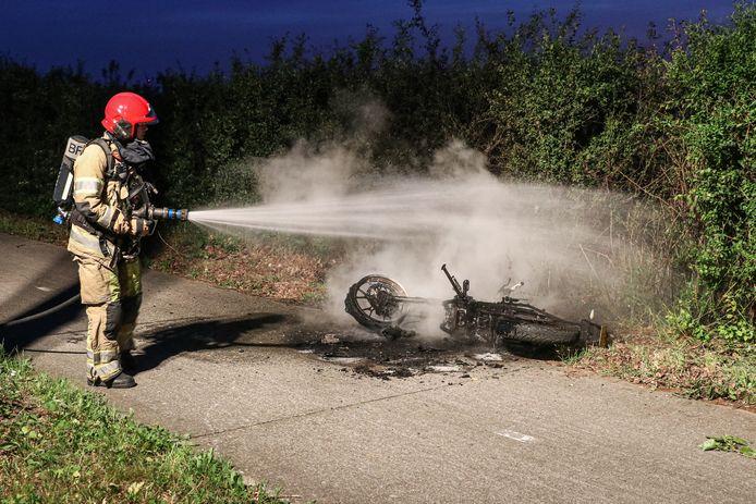 Een brandende brommer zorgde vannacht voor een hachelijke situatie op de Wrakkenweg.