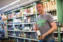 Sander Pardijs met de whisky die hij aanbeveelt voor beginners, de Thompson's Blended Scotch Whisky.