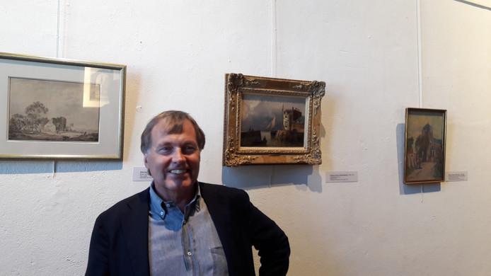 Tjepko van Voorst Vader bij het schilderij van Jan Hermanus Koekkoek dat zijn familie schonk aan Museum Veere.