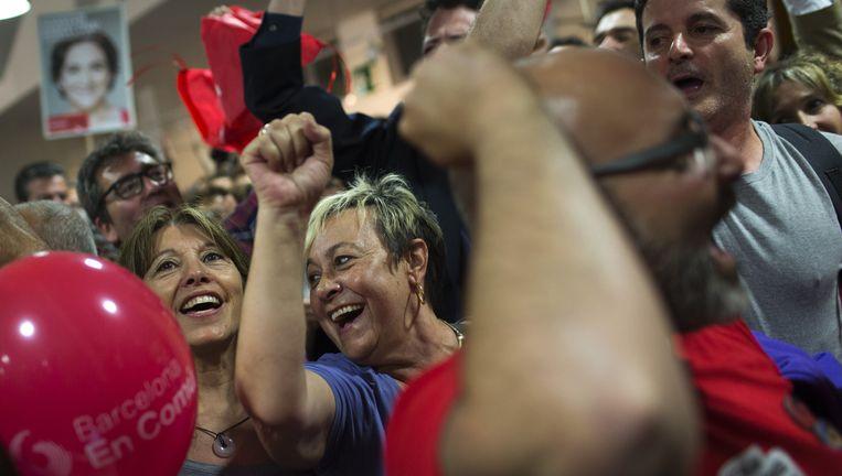 Barcelona, 24 mei: Aanhangers van de linkse coalitie van Ada Colau vieren stembusoverwinning. Beeld AP