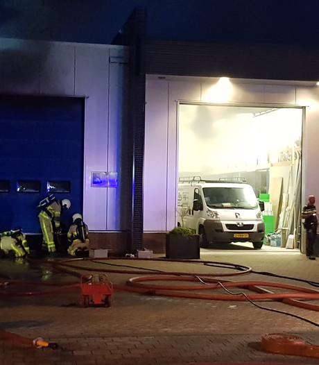 Veel rook bij brand in autorestauratiebedrijf Lichtenvoorde