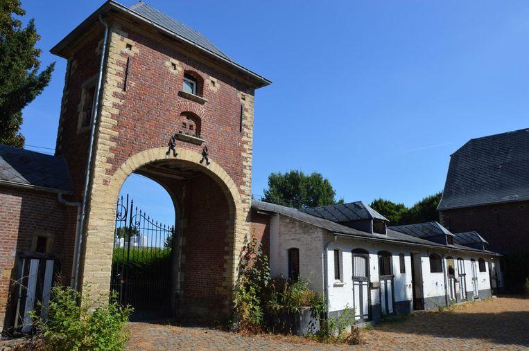 De imposante toegangspoort met duiventil, destijds een privilege voor adel en clerus.