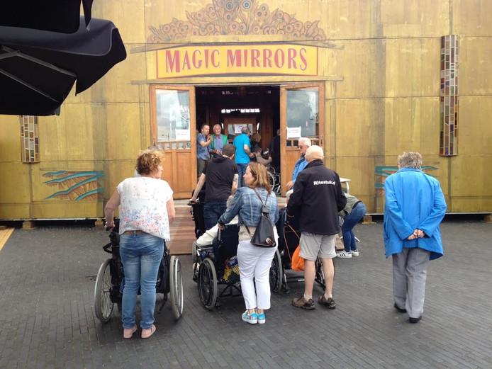 Ook veel rolstoelers bij het seniorenfeest op de kermis in Schijndel