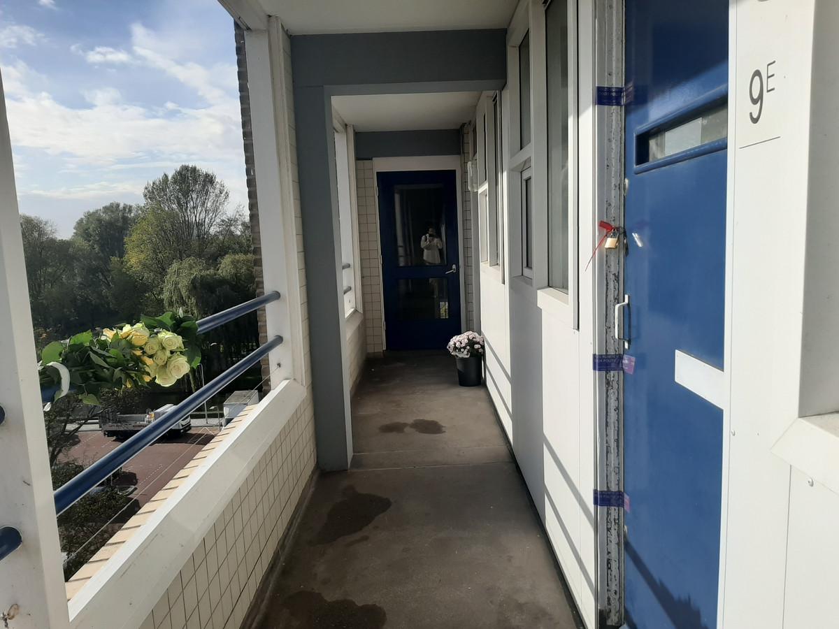 Een vrouw gedood. Haar echtgenoot vast. Het echtpaar woonde met hun kindje op de vierde woonverdieping. Nu is de deur verzegeld.