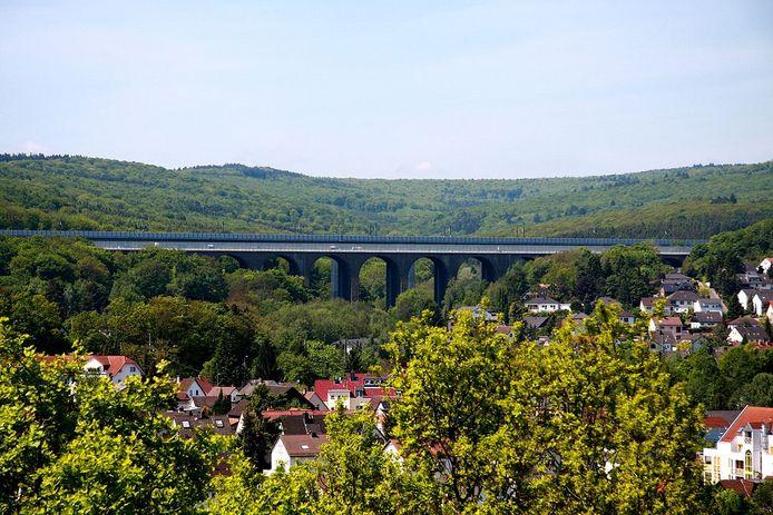 De Theisstalbrücke bij Niedernhausen bestaat uit drie bruggen waarvan eentje voor auto's (A3).