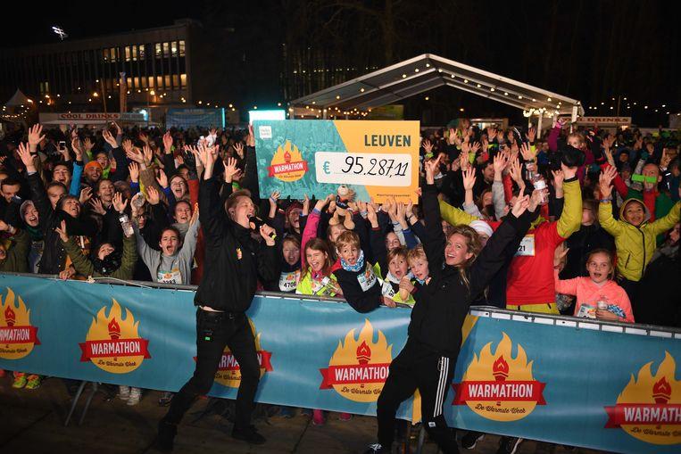 De cheque van 95.287 euro van Leuven voor de Warmathon.