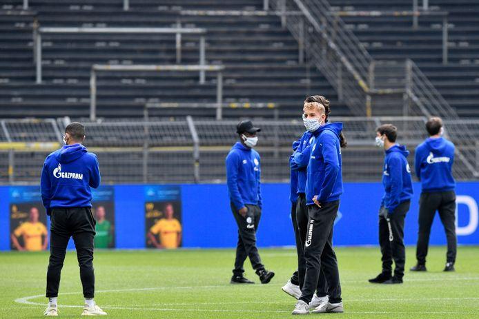 De Schalke 04-spelers dragen mondmaskers voor de aftrap.