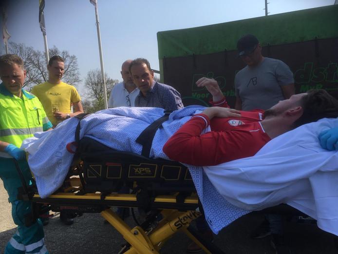Marko van Huenen op de brancard, vlak voor vertrek met de ambulance naar het ziekenhuis.