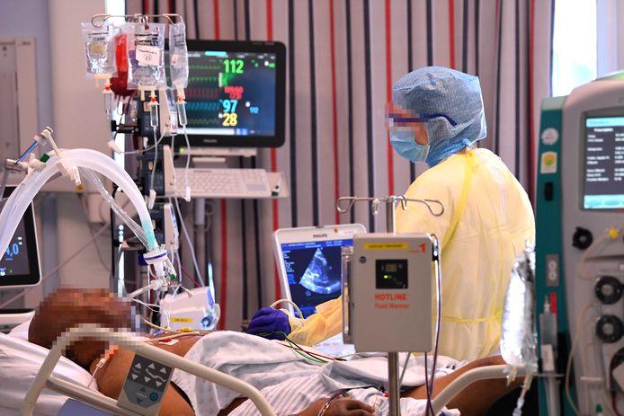 Een patiënt wordt verzorgd in het Luikse Citadelle-ziekenhuis. Verwacht wordt dat het aantal hospitalisaties snel zal stijgen.