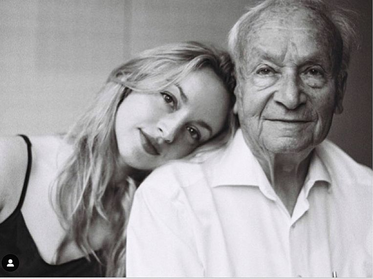 Dunja van der Heijden en haar grootvader Fred Andriesse. Beeld Sophie van der Perre