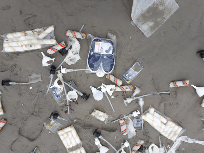 Schoenen, flaconnetjes en verfrolletjes: je vindt het allemaal op het strand.