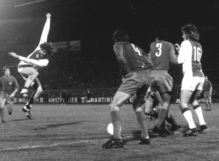 Barry Hulshoff scoort tijdens Ajax-Real Madrid in 1973 Beeld anp