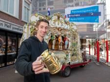 Orgelman Robin straalt: hij mag op zaterdag de Hoofdstraat in Apeldoorn weer op