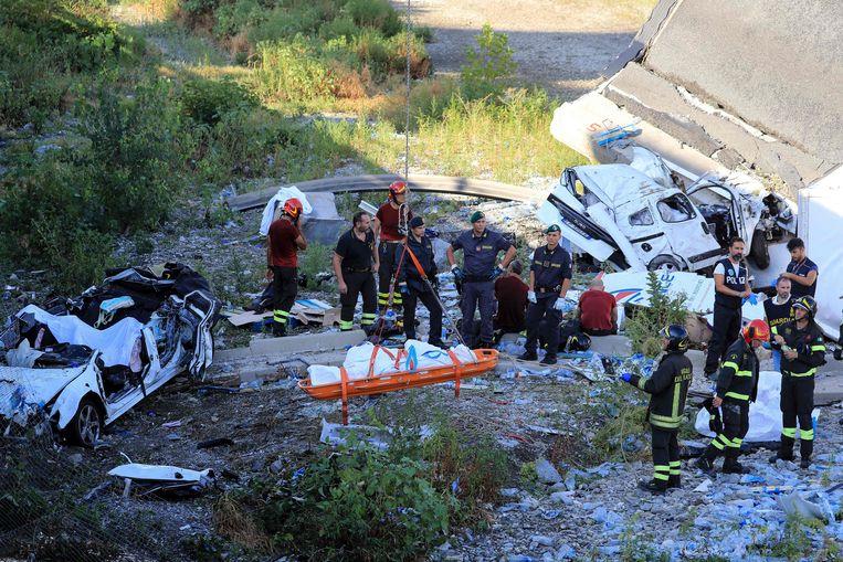 Bij de instorting van de snelwegbrug zijn zeker 35 mensen om het leven gekomen.