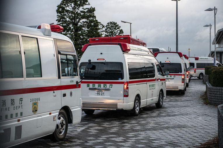 Op het vliegveld in Tokio staan ambulances klaar om Japanners op te vangen die werden gerepatrieerd vanuit het Chinese Wuhan.  Beeld Carl Court / Getty Images