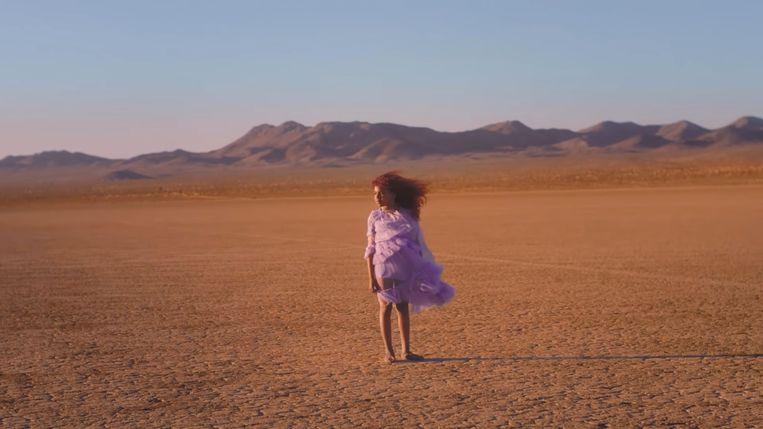 Beyoncés dochter Blue Ivy doet voor de eerste keer mee in een videoclip. Haar dansbewegingen zien er al even gracieus uit als die van haar moeder.