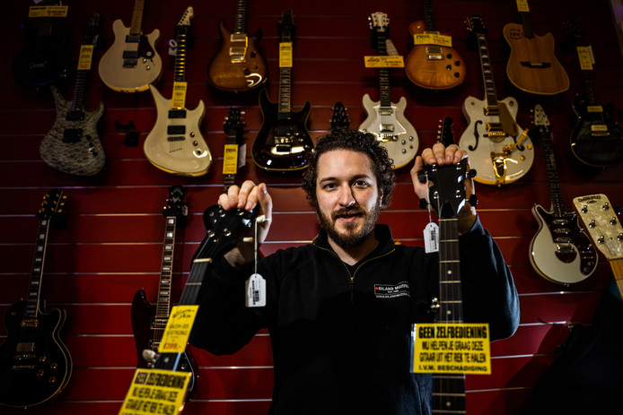 Eiland Muziek in Arnhem is na 28 jaar bezig met de opheffingsuitverkoop. Eigenaar Roderick Boer zegt met pijn in zijn hart geen geen andere keuze te hebben.