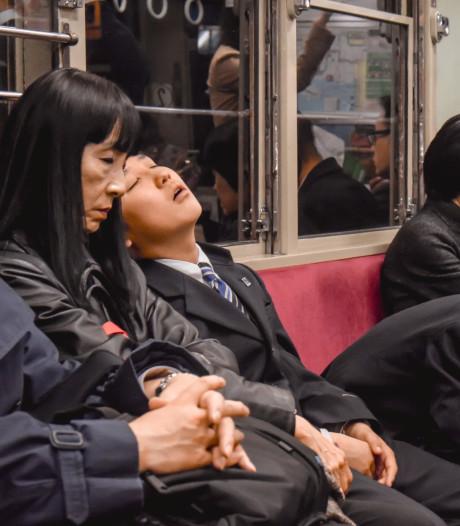 Uitgeputte Japanse werknemers mogen dutje doen op werk