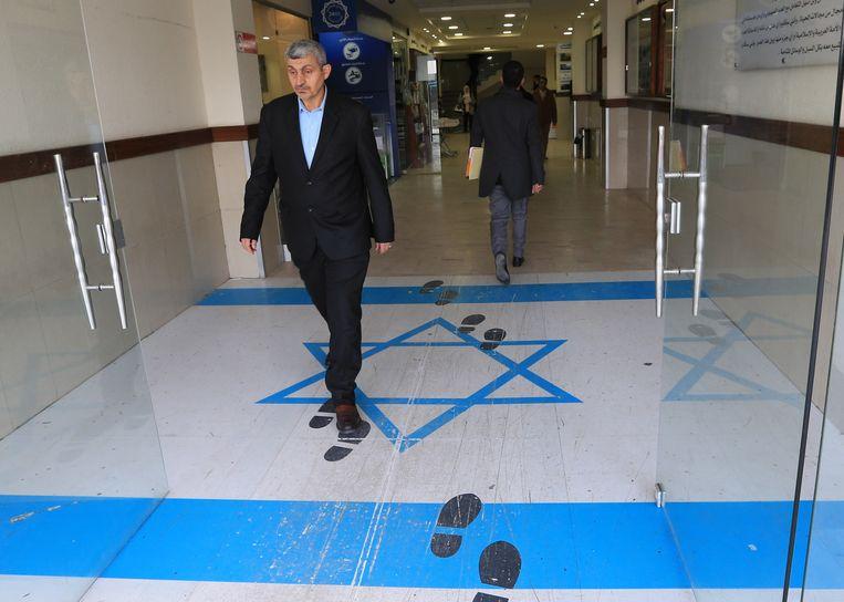 De Israëlische vlag op de vloer van het gebouw van de 'General Federation of Jordanian Trade Unions' in Amman, Jordanië.
