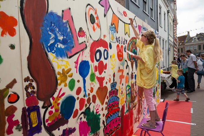 Archiefbeeld: Lieke schildert tijdens de Kunstmarkt in Hattem.