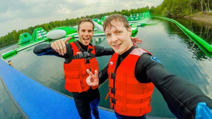 Jan Thans en Vincent Fierens zijn het grootste waterpark van België gaan uittesten