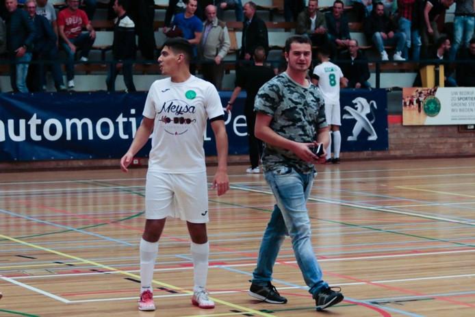 Owen Schalkwijk was onder meer vrijwilliger bij Groene Ster. Hier staat hij op de foto met speler Said Bouzambou.