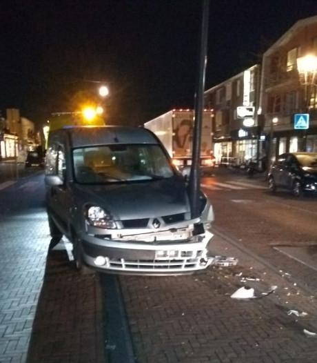 Auto ramt lantaarnpaal in het centrum van Glanerbrug