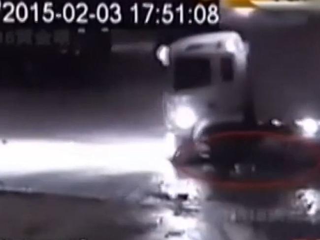 Een truck rijdt een kleine jongetje dood.