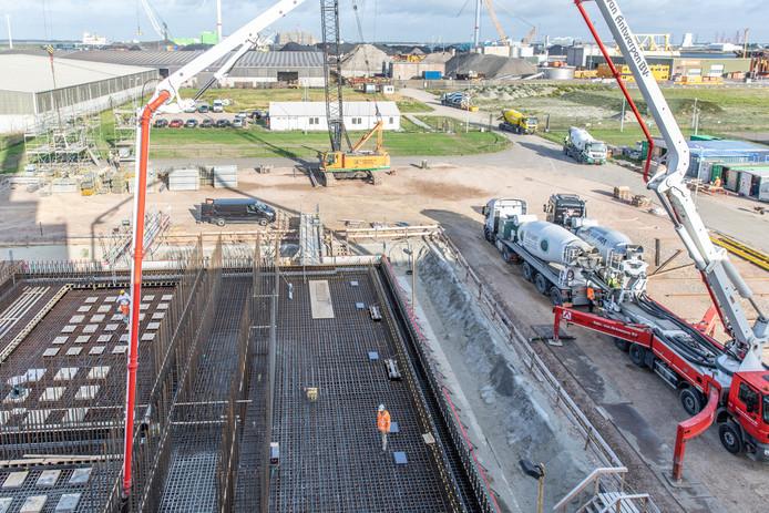 Bij de COVRA in Borssele  brengen dinsdag 130 vrachtwagens beton voor uitbreiding van het HABOG, het gebouw waar hoogradioactief afval wordt opgeslagen.