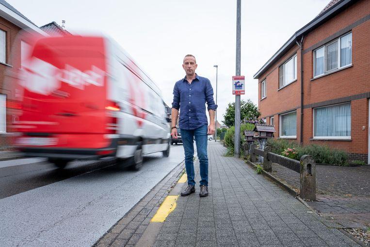 Ivan Wilms klaagt de toegenomen verkeersdrukte aan in Geerdegem-Schonenberg, als gevolg van een recent geplaatste knip op de Kruisbaan.