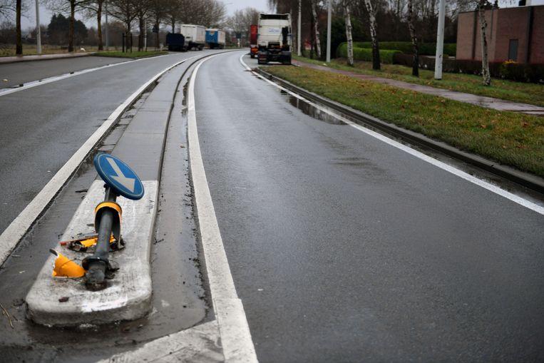 De jonge vrouw verloor de controle over het stuur en ramde vervolgens een paaltje van een verkeersbord.