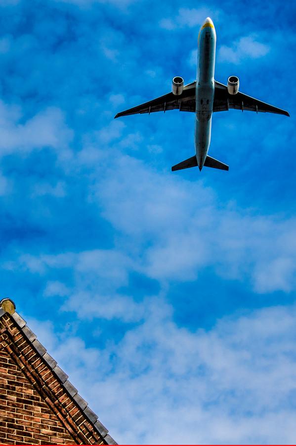 Omwonenden van Schiphol klagen al sinds jaar en dag over geluidsoverlast van laag overscherende vliegtuigen.