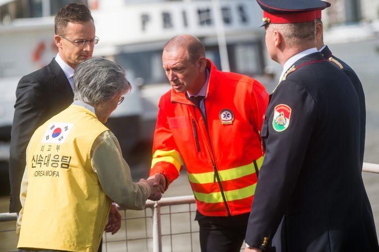 De Zuid-Koreaanse minister van Buitenlandse Zaken Kang Kyung-wha (2e van links) en de Hongaarse minister van Buitenlandse Zaken Peter Szijjarto (1e van links) ter plaatse van de bootramp op de Donau in Boedapest.