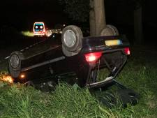 Auto slaat over de kop bij Didam, bestuurder vlucht weg