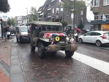 Oude legervoertuigen op weg naar de John Frostbrug