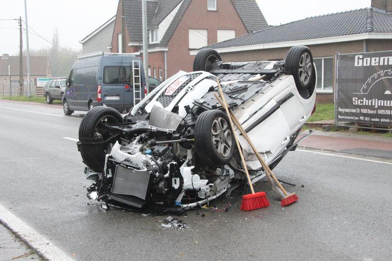 De auto ging over de kop.