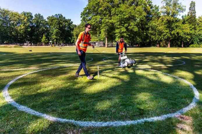 In mei van dit jaar zijn in het Julianapark cirkels aangebracht die moeten zorgen dat bezoekers voldoende afstand houden.