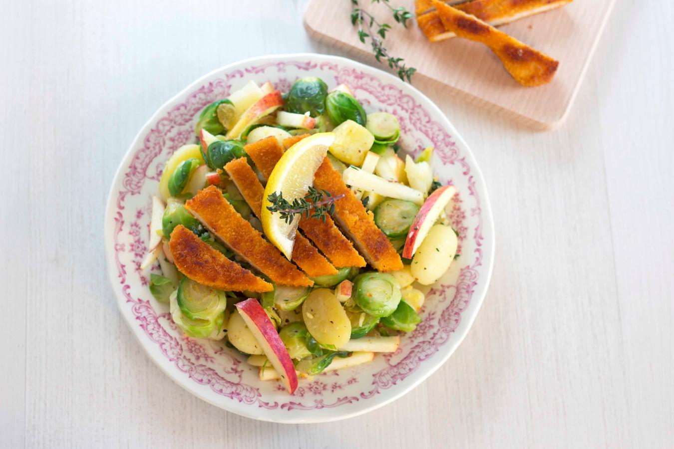 Appel-spruitjes salade met krieltjes en kipschnitzel.